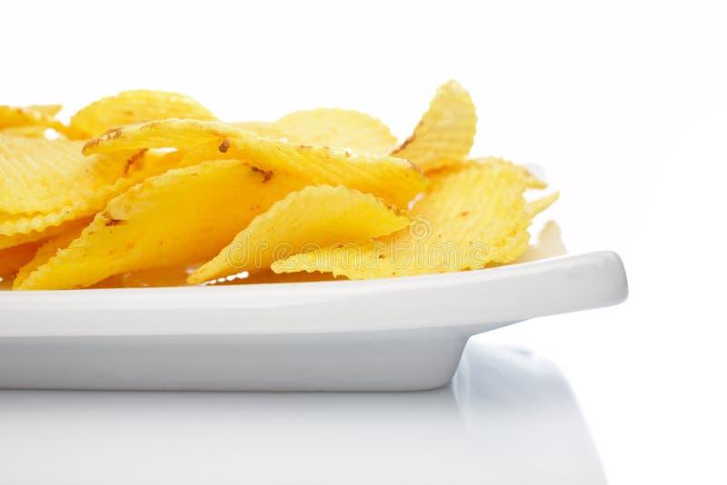 Pommes chips d'une plaque images libres de droits