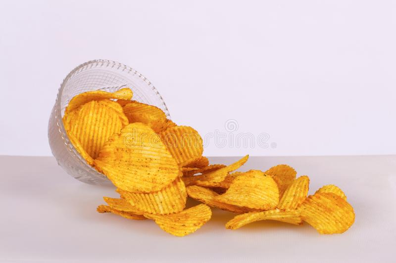 Pommes chips dans une cuvette d'isolement sur le fond blanc photos stock