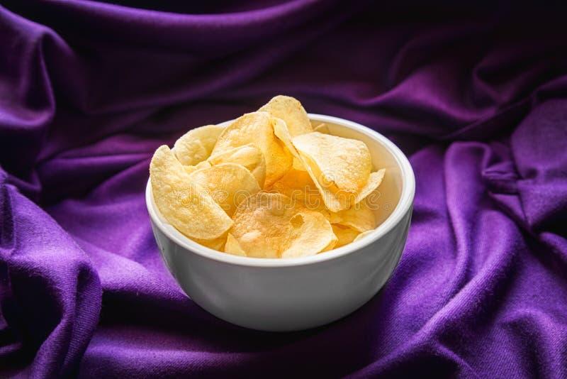Pommes chips dedans la cuvette image stock