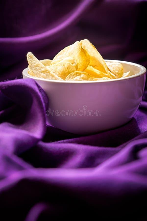 Pommes chips dedans la cuvette photographie stock