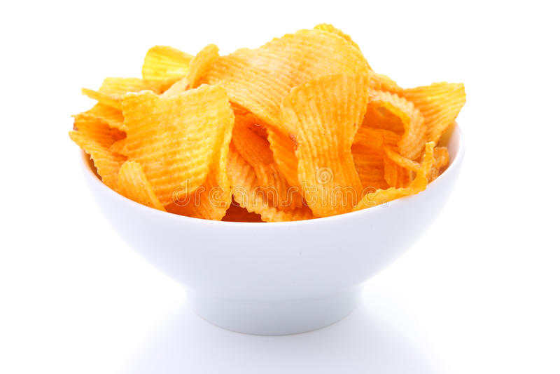 Pommes chips dedans la cuvette blanche d'isolement images stock