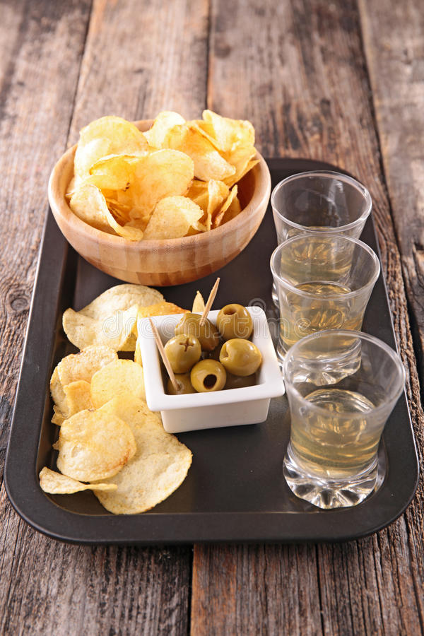 Pommes chips et cocktail en verre photos libres de droits