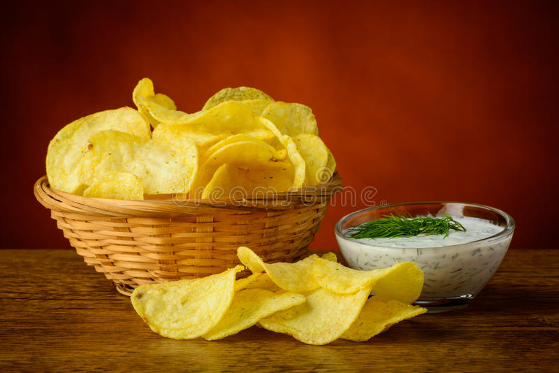 Pommes chips et immersion d'aneth images libres de droits