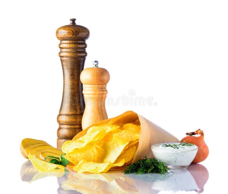 Pommes chips et ingrédients sur le blanc photos stock