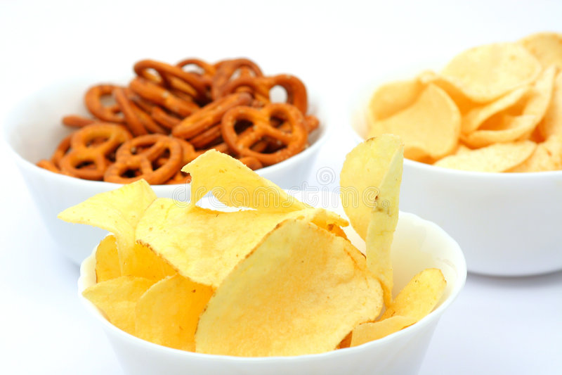 Pommes chips et pretzels images libres de droits