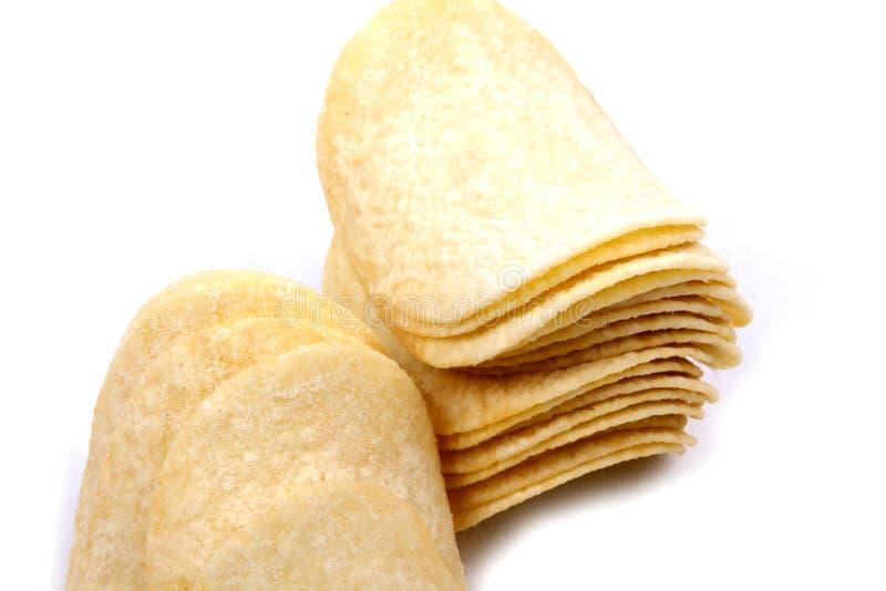 Pommes chips (frites) sur un fond blanc image libre de droits
