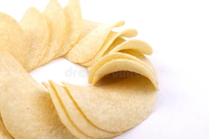 Pommes chips (frites) sur un fond blanc images stock