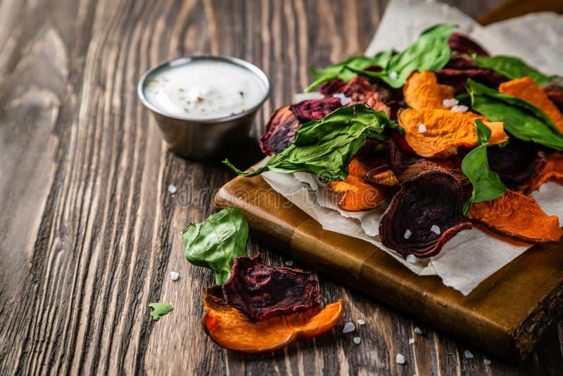 Pommes chips saines alternatives - frites végétales photo stock