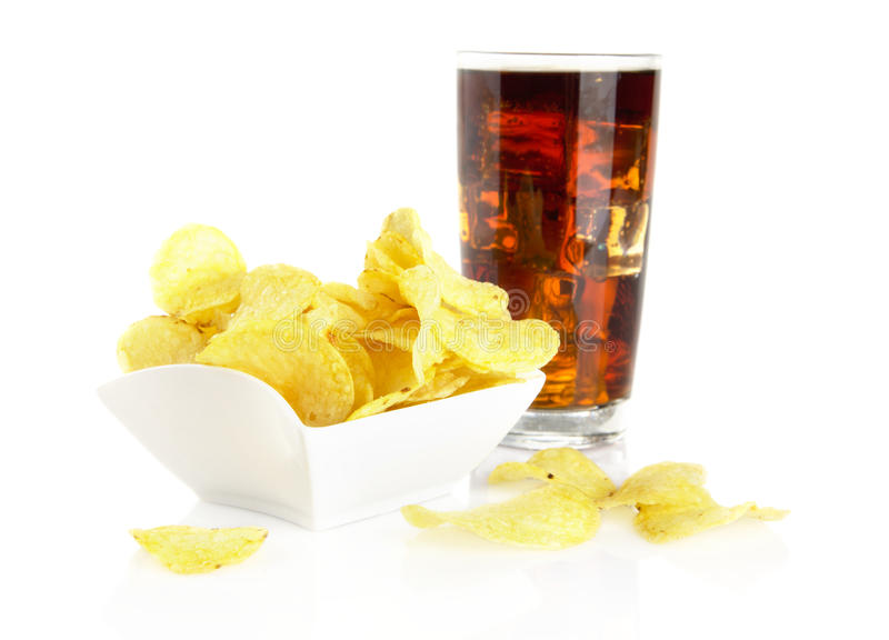 Pommes chips salées dans la salas-cuvette avec le kola sur le blanc images stock