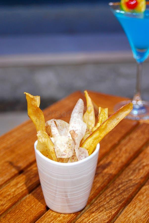 Pommes chips sur la table en bois photo libre de droits