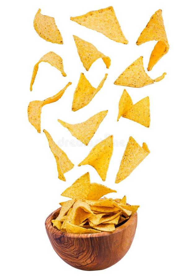 Pommes chips volantes d'isolement sur le fond blanc image libre de droits