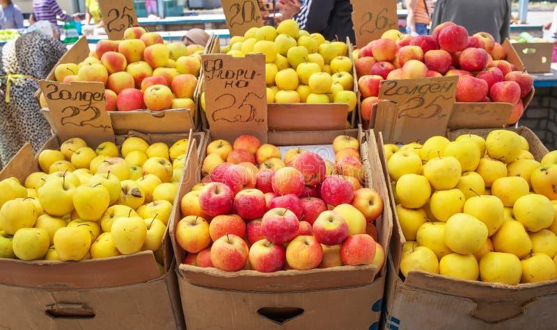 Pommes colorées Delicious dans les boîtes images libres de droits
