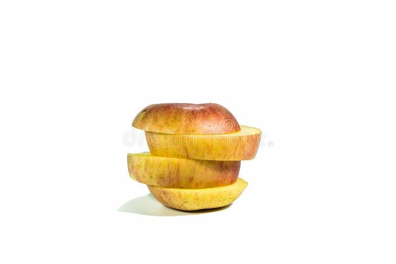 Pommes coupées en tranches d'isolement sur un fond blanc photos libres de droits