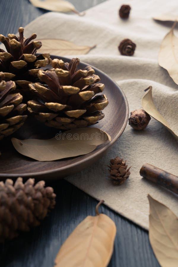 Pommes d'affaire de Brown sur la table en bois image libre de droits