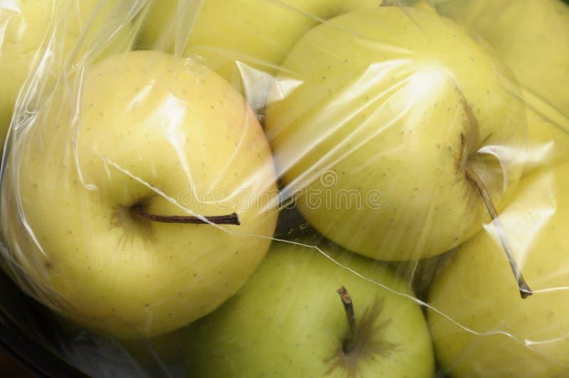 Pommes d'or jaunes emballées images libres de droits