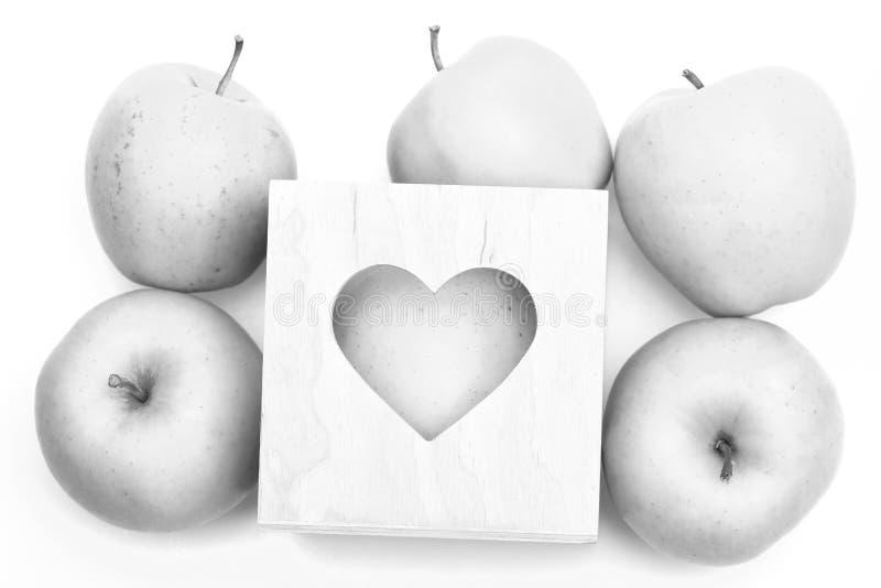 Pommes dans la boîte d'isolement sur le fond blanc Ensemble de fruit placé dans le boîte-cadeau en bois de valentines avec le tro photographie stock
