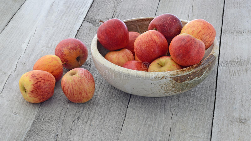 Pommes dans la cuvette photo stock