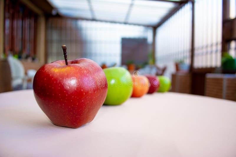 Pommes dans la rang?e photo stock