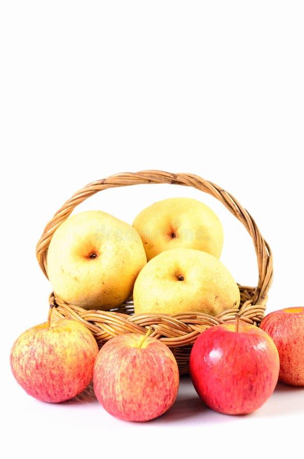 Pommes dans le panier sur un fond blanc photo libre de droits