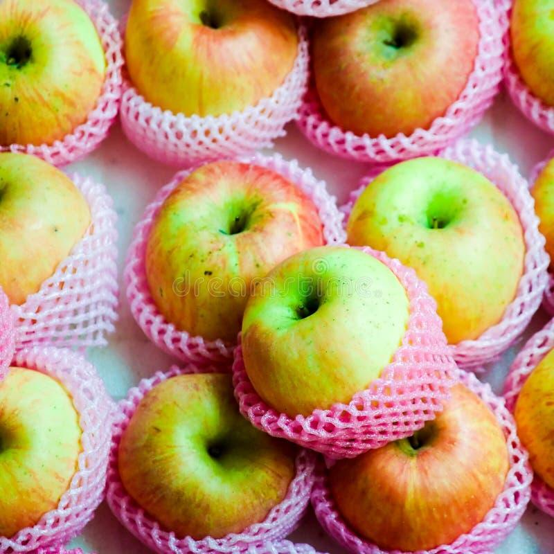 Pommes dans le rose photos libres de droits