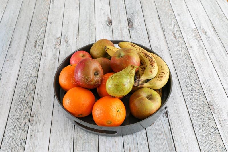 Pommes dans une cuvette photos stock
