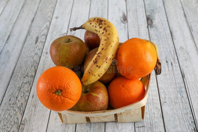 Pommes dans une cuvette photos libres de droits