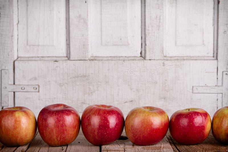 Pommes dans une rangée photos stock