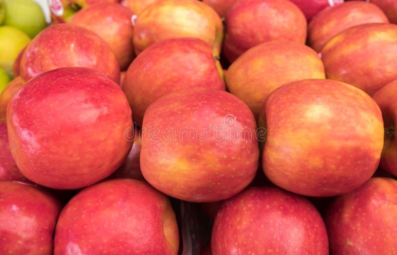 Pommes de Madame rose à vendre au marché de ville image stock