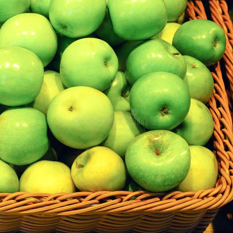 Pommes de récolte dans des boîtes Fond d'Apple Beau plan rapproché vert de pommes Fruits pour la consommation saine images libres de droits