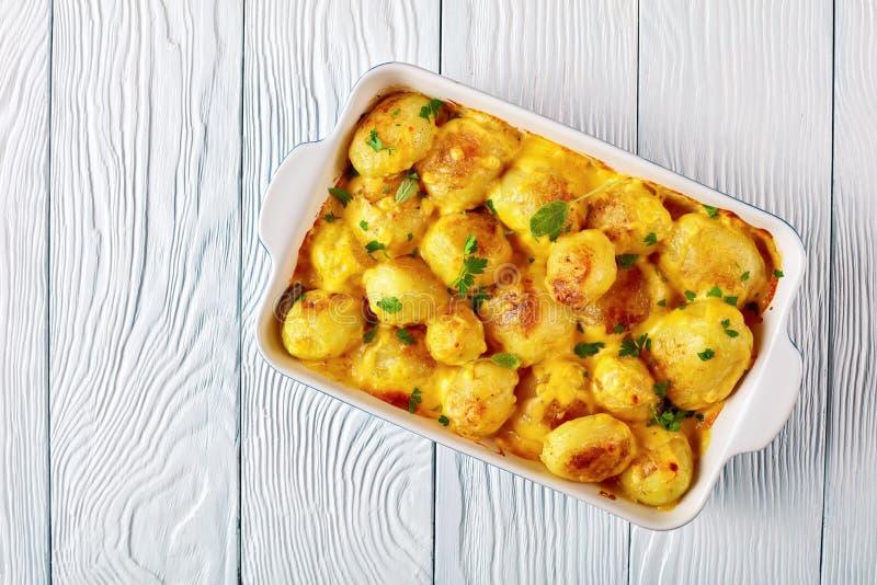 Pommes de terre avec de la sauce à beurre de fromage de cheddar photos libres de droits