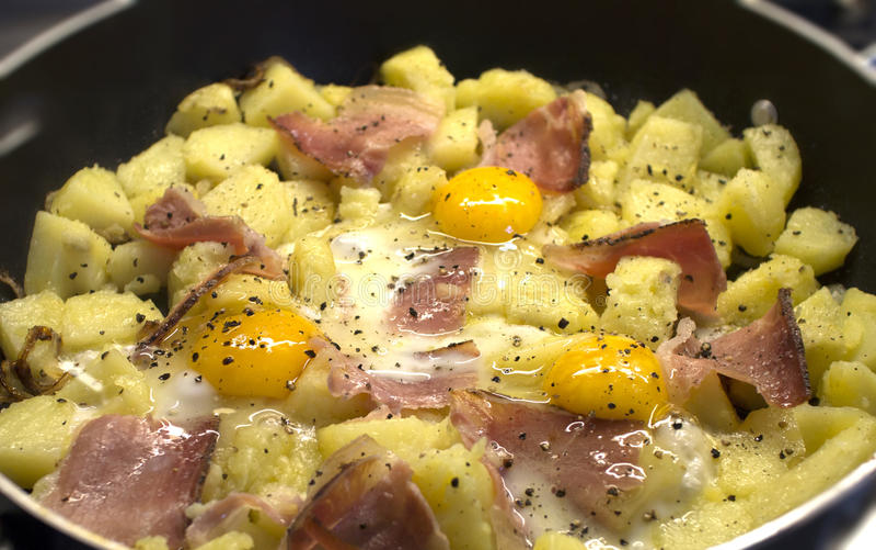 Pommes de terre avec les oeufs et le lard images libres de droits