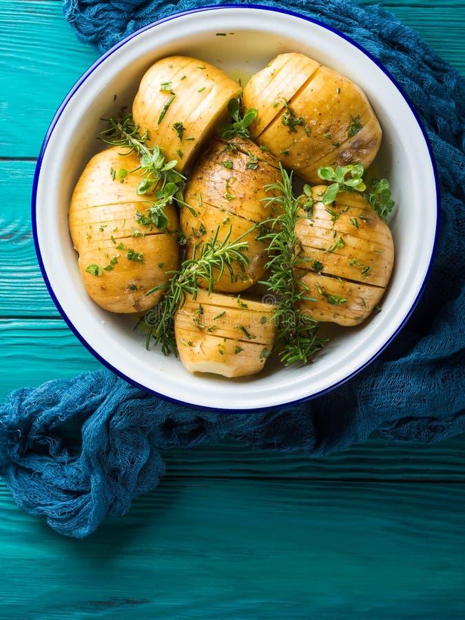 Pommes de terre crues à faire cuire avec des herbes photos libres de droits