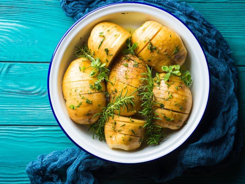 Pommes de terre crues à faire cuire avec des herbes photo stock