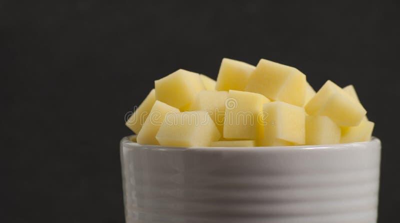 Pommes de terre crues coupées en tranches et épluchées photo stock