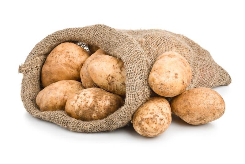 Pommes de terre crues de moisson dans le sac à toile de jute photos libres de droits