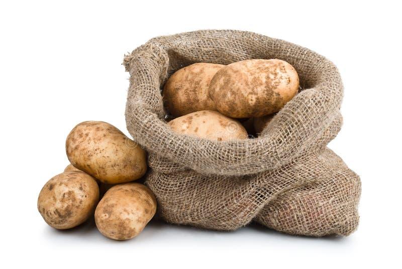 Pommes de terre crues de moisson dans le sac à toile de jute photographie stock
