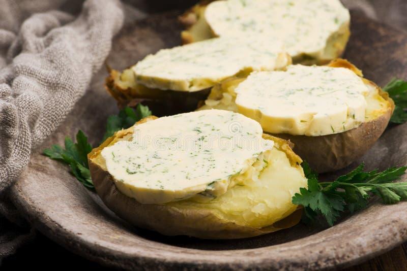 Pommes de terre cuites au beurre d'herbes photos stock