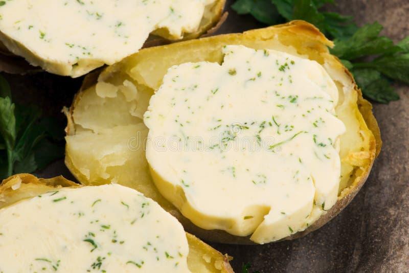 Pommes de terre cuites au beurre d'herbes images libres de droits