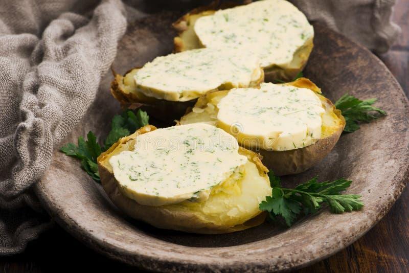 Pommes de terre cuites au beurre d'herbes image libre de droits