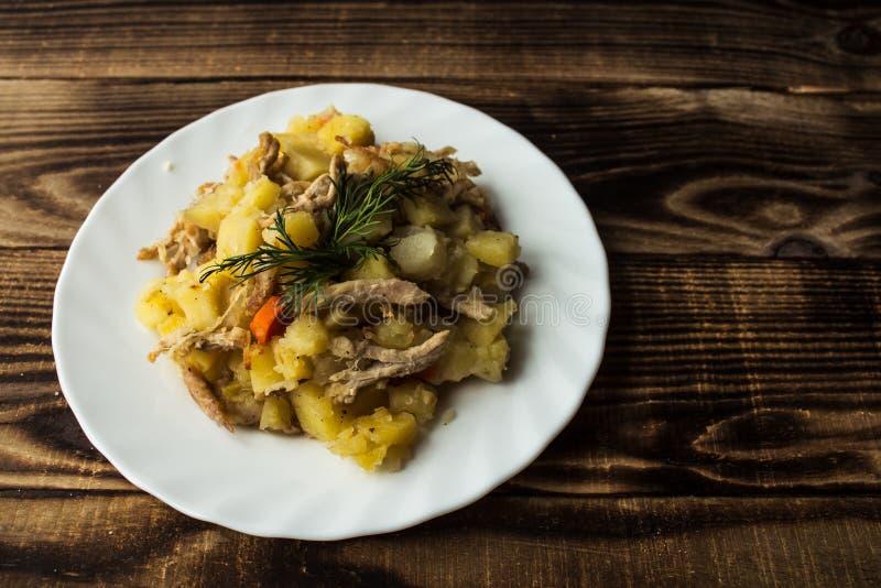 Pommes de terre cuites au four avec de la viande, des carottes et des oignons image stock