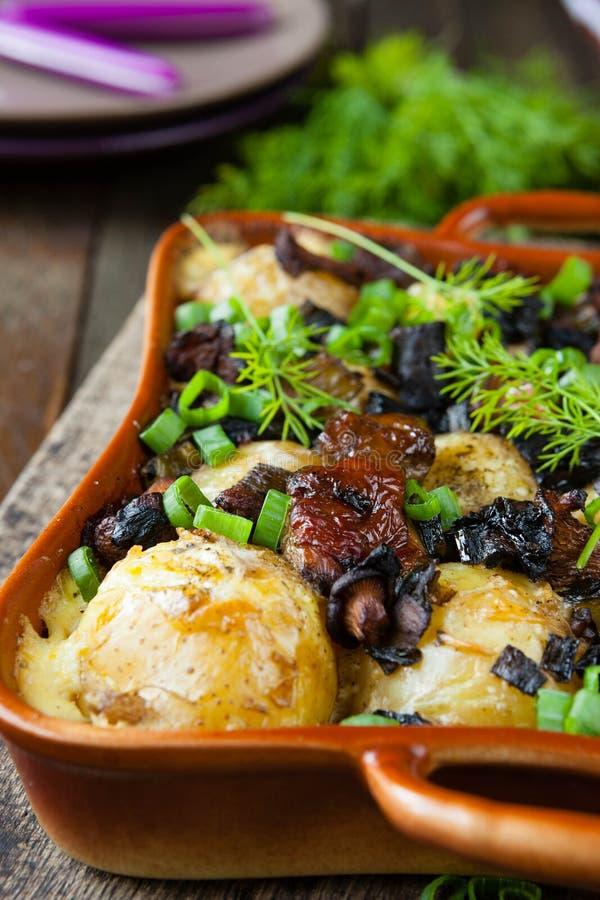 Pommes de terre cuites au four avec des champignons photos libres de droits