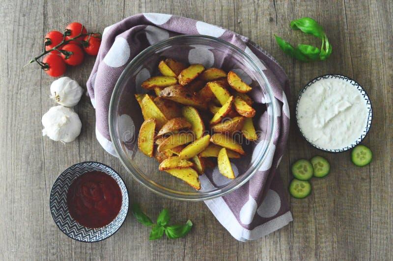 Pommes de terre cuites au four avec des immersions photo libre de droits