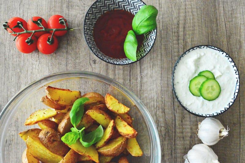 Pommes de terre cuites au four avec des immersions image libre de droits