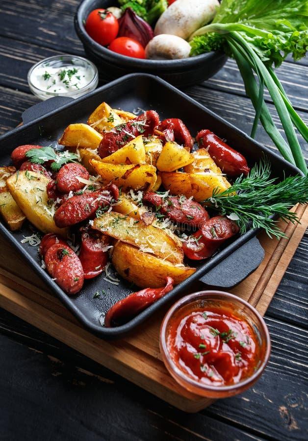 Pommes de terre cuites au four avec des légumes et des sauces images libres de droits