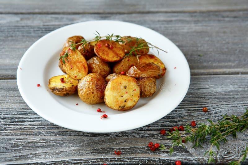 Pommes de terre cuites au four avec des verts images libres de droits
