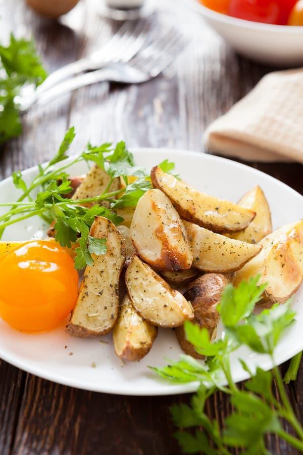 Pommes de terre cuites au four avec l'ail photo libre de droits