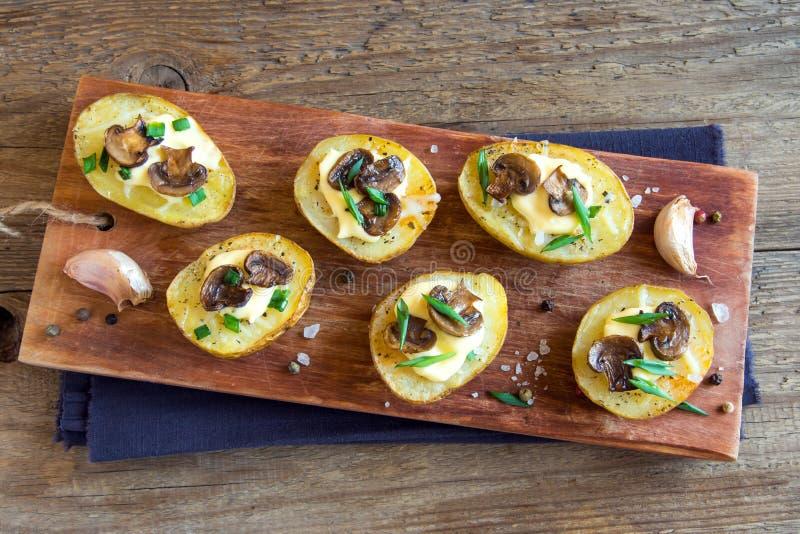 Pommes de terre cuites au four avec le champignon photographie stock libre de droits