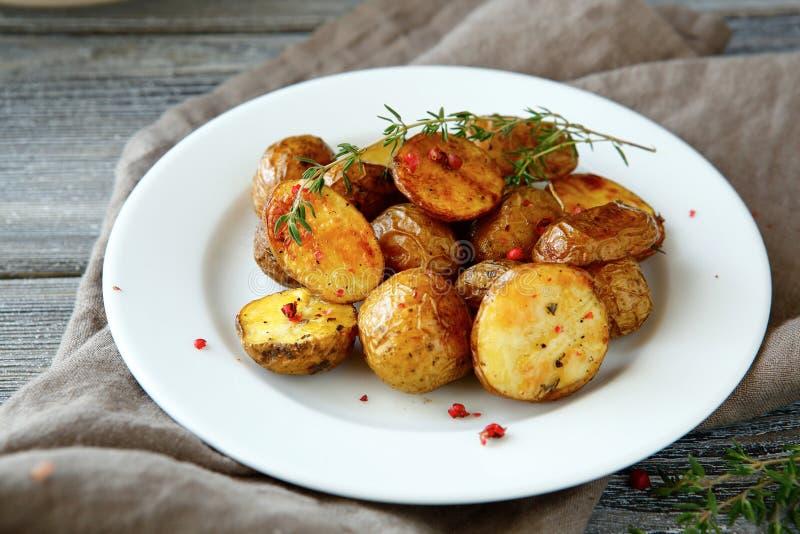Pommes de terre cuites au four d'un plat photos libres de droits