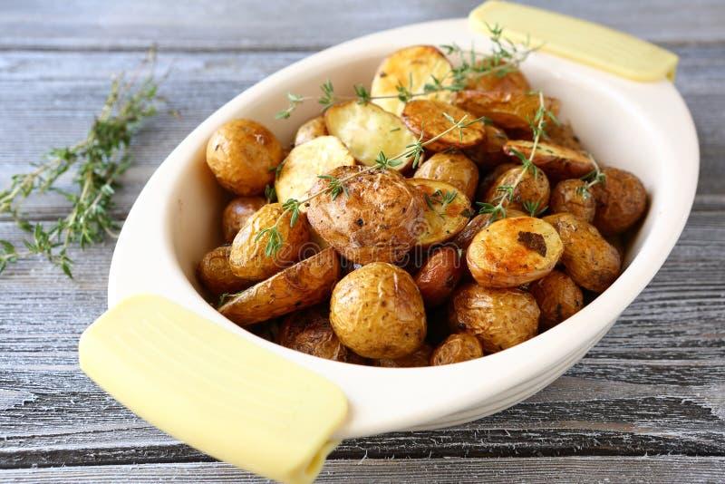 Pommes de terre cuites au four dans une cuvette photos libres de droits
