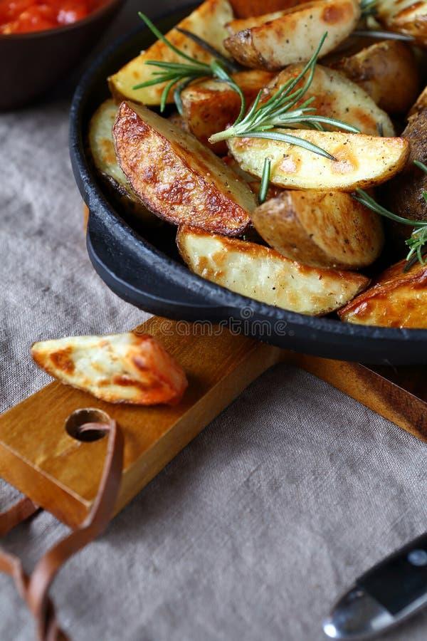Pommes de terre cuites au four savoureuses dans une poêle photos libres de droits